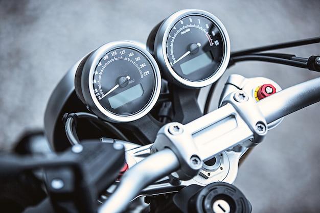 オートバイの高級品のクローズアップ:オートバイの部品