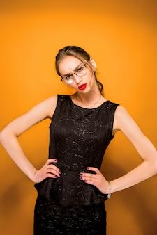 Портрет молодой женщины с осторожными эмоциями