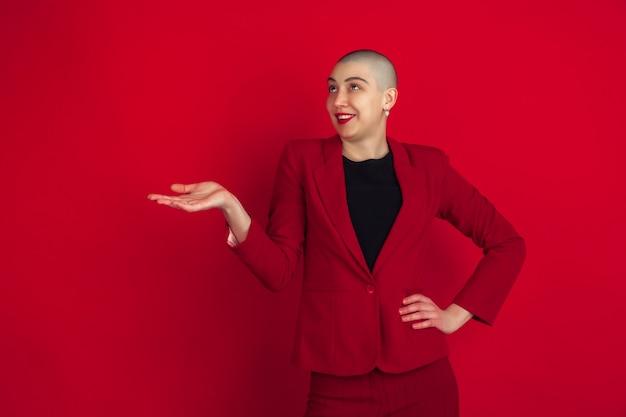 赤い壁に奇抜な外観を持つ若い女性の肖像画