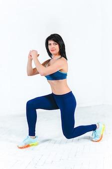 Тренировка женщины в спортзале фитнес-центра