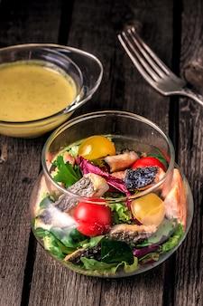 Красная рыба с овощами и соусом к ней