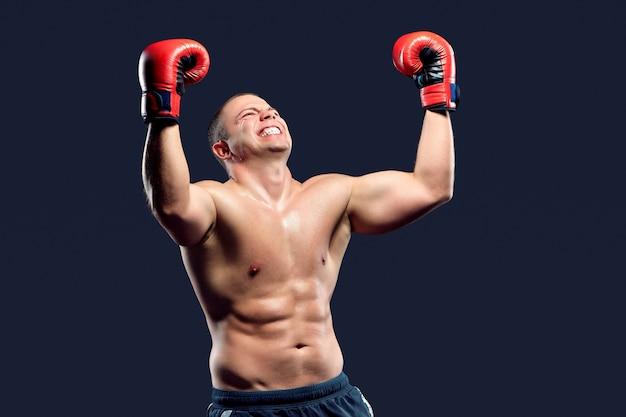 彼の勝利を楽しんでいるボクサーチャンピオン。