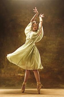 Молодая балерина. гармоничная красотка с платьем