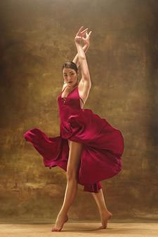 若いバレエダンサー。調和のとれたきれいな女性のドレス