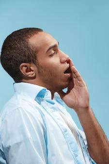 悲しいアフリカ系アメリカ人の男性が歯痛を持っています