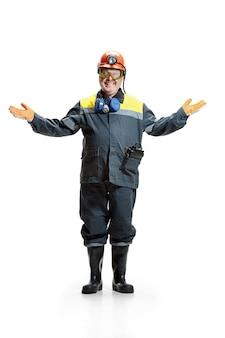 白のカメラに立っている幸せなシニアひげを生やした男性鉱山労働者