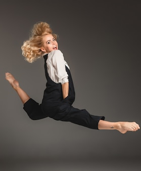 バレエジャンプで金髪美人
