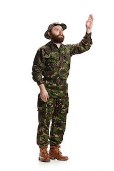 Молодой солдат в камуфляжной форме