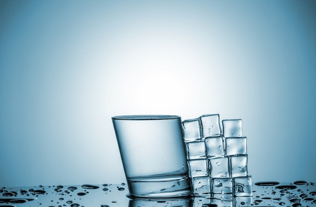 次に横になっているガラスとアイスキューブの水