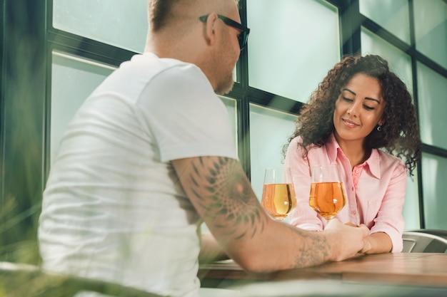 彼女は彼にそう言った。屋外で結婚のプロポーズをしている間彼の妻の手にキス若い男のクローズアップ。