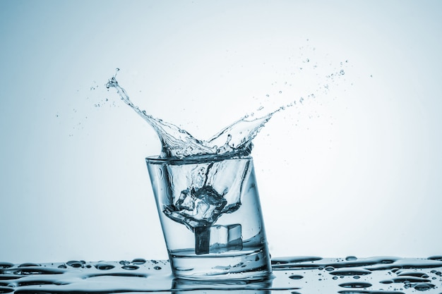 水のしぶきとガラスの水