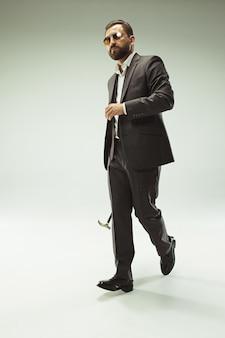 杖を保持しているスーツのバードマン。