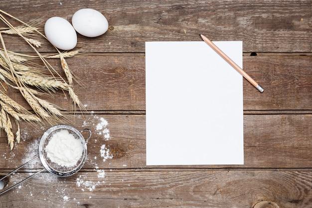 Мука и яйца на деревянном