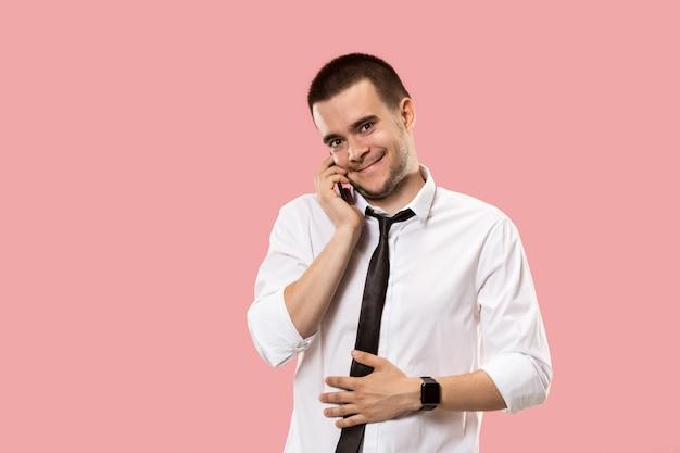 携帯電話でハンサムなビジネスマン
