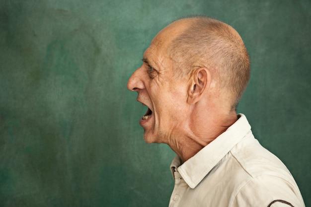 年配の男性の叫び