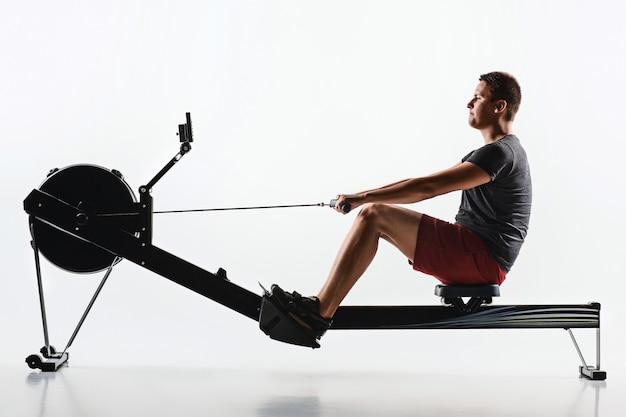 Человек, используя пресс-машина в фитнес-клубе.