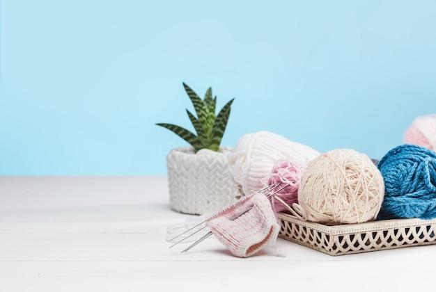 白い木製の背景に羊毛のボール