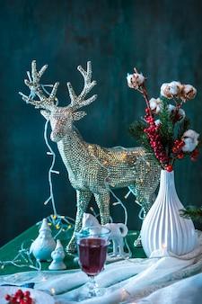 装飾が施された美しいクリスマステーブルの設定