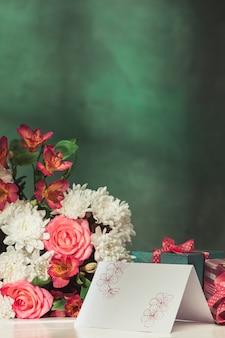 ピンクのバラ、花、テーブルのギフトと背景が大好き