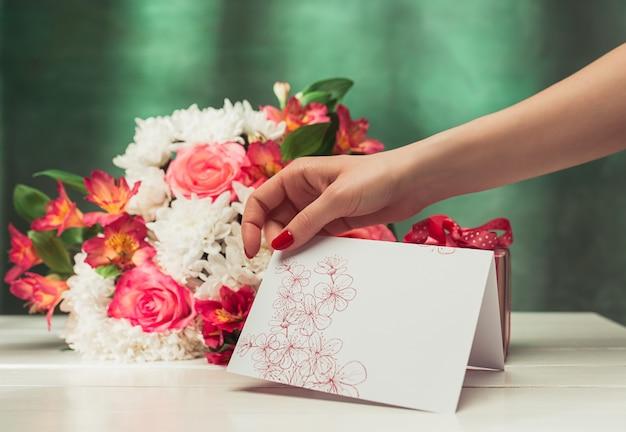 Любовь фон с розовыми розами, цветами, подарок на столе