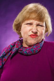 不満の年配の女性
