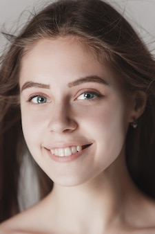 Лицо красивой молодой девушки с чистым свежим лицом крупным планом