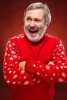 Пожилой улыбающийся человек на красном