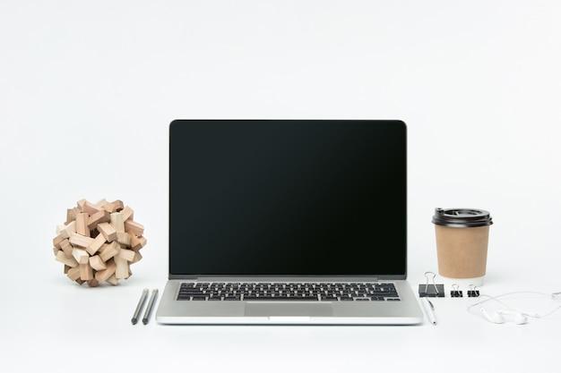 ノートブックと一杯のコーヒーの正面図。インスピレーションとモックアップのコンセプト