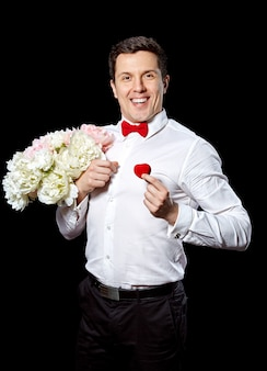 リングと花を持つエレガントな男