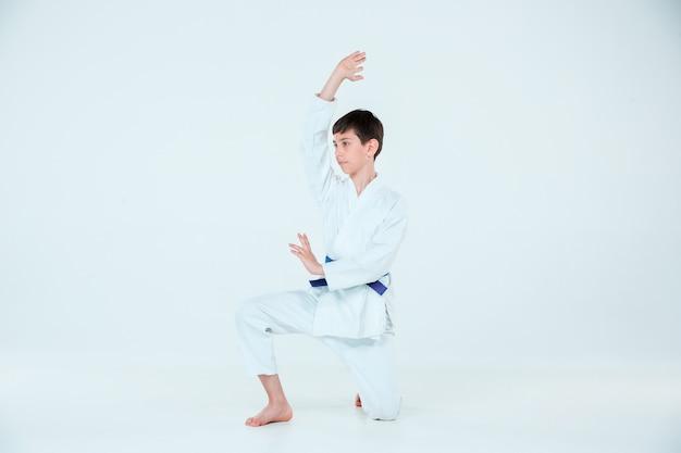 武道学校の合気道の訓練でポーズをとる少年。健康的なライフスタイルとスポーツコンセプト