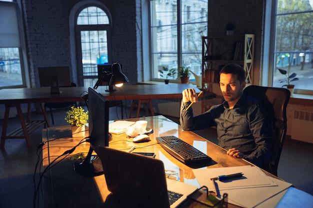 Человек, работающий в офисе в одиночку
