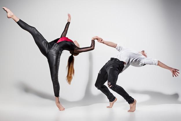 Два человека танцуют