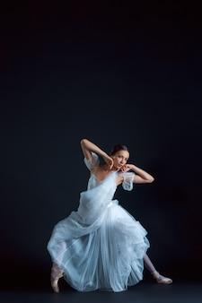 黒に白いドレスの古典的なバレリーナの肖像画