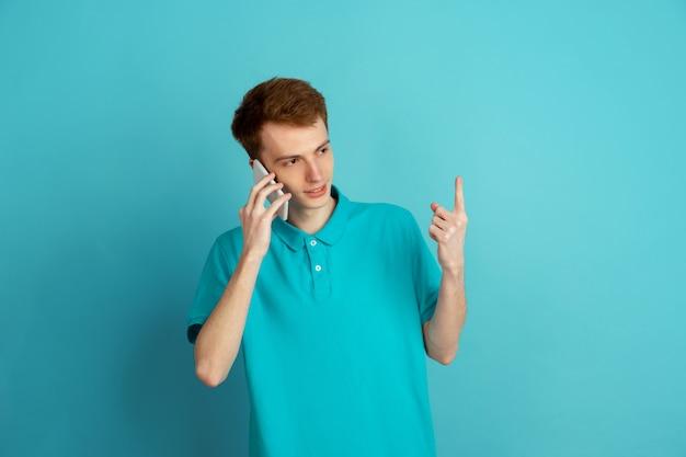 Монохромный портрет молодого человека на синем фоне