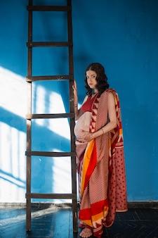 ヘナの入れ墨を持つ妊娠中の女性