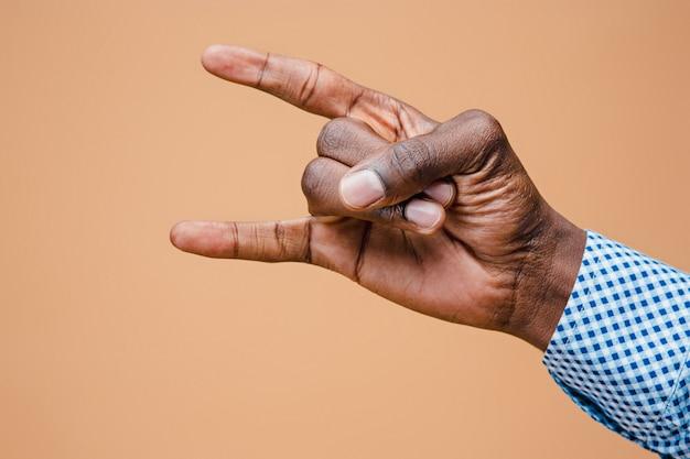 Мужчина, мужчина, хипстер, в рубашке, рука поднята, показывая знак хэви-метала