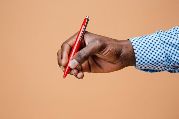Мужской рукой, держащей карандаш, изолированные