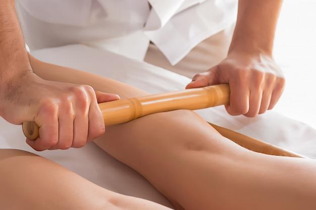 人間のふくらはぎの筋肉をマッサージする手の詳細。