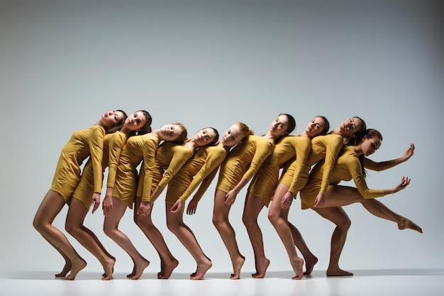 Группа современных артистов балета