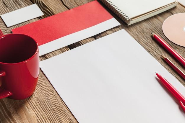 赤い電卓と木製のモックアップ