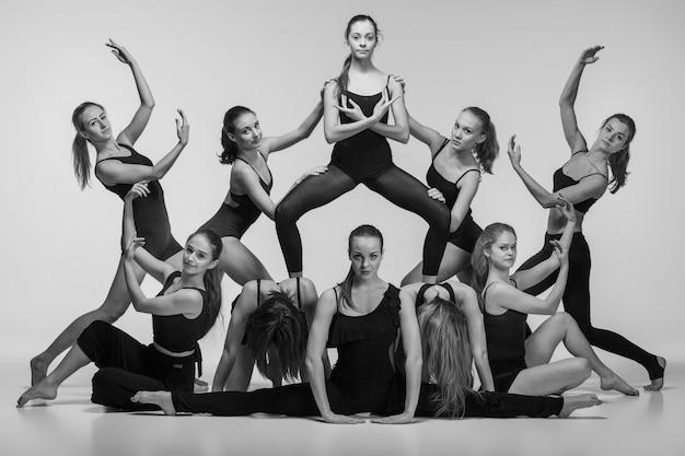 現代のバレエダンサーのグループ