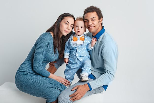 幸せな家族の肖像画。赤ちゃんとの異人種結婚