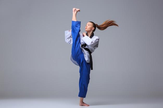Девушка каратэ с черным поясом