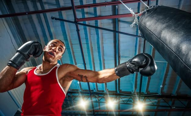 アフロアメリカンの男性ボクサー。
