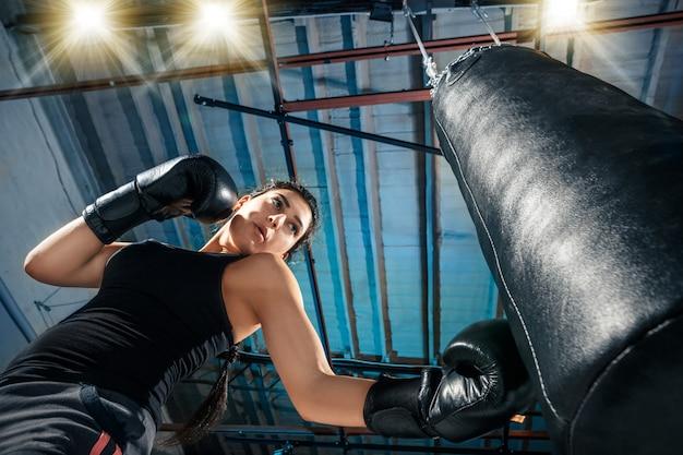 ジムで女性ボクサーのトレーニング