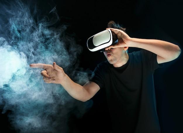 Человек в очках виртуальной реальности. концепция будущей технологии.