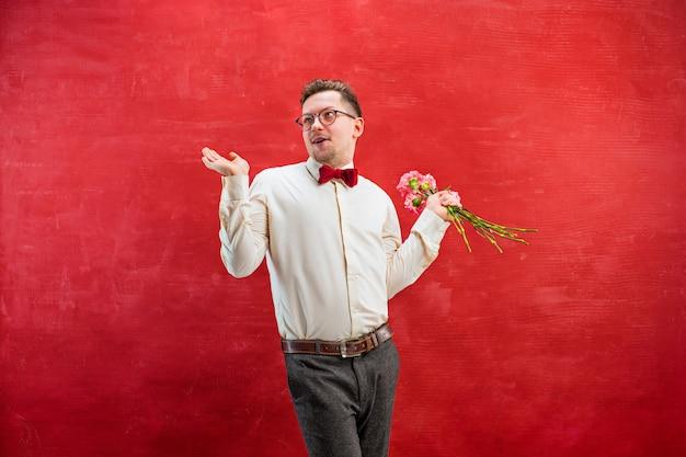 Молодой красивый мужчина с цветами
