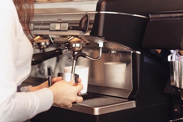 Бариста, кафе, приготовление кофе, концепция приготовления и обслуживания