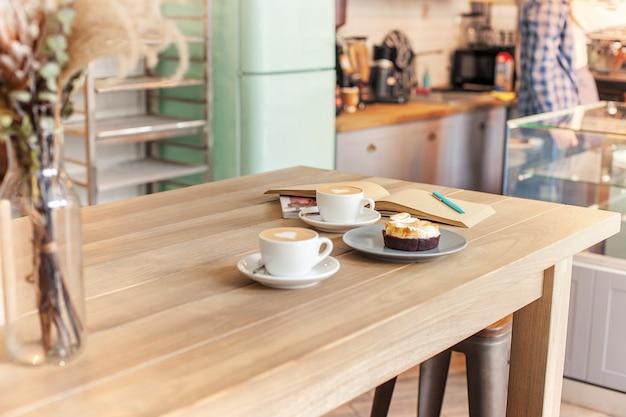 喫茶店のカウンターに置かれたコーヒーのテーブルセッティング