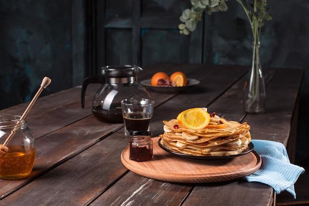 Свежие домашние французские блинчики с яйцом, молоком и мукой, заправленные мармеладом на винтажной тарелке